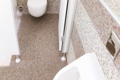 Innenbereich in Badezimmer mit Modul Steinteppich Fliesen