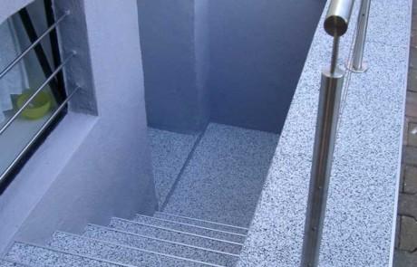Kellerabgang und Wandverkleidung mit Steinteppichen von RENOfloor saniert.