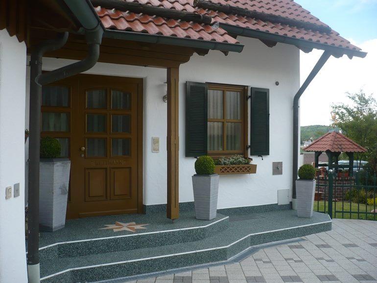Eingangsbereich mit RENOfloor Steinteppich Modul System in Farbe Marmor Grün saniert.