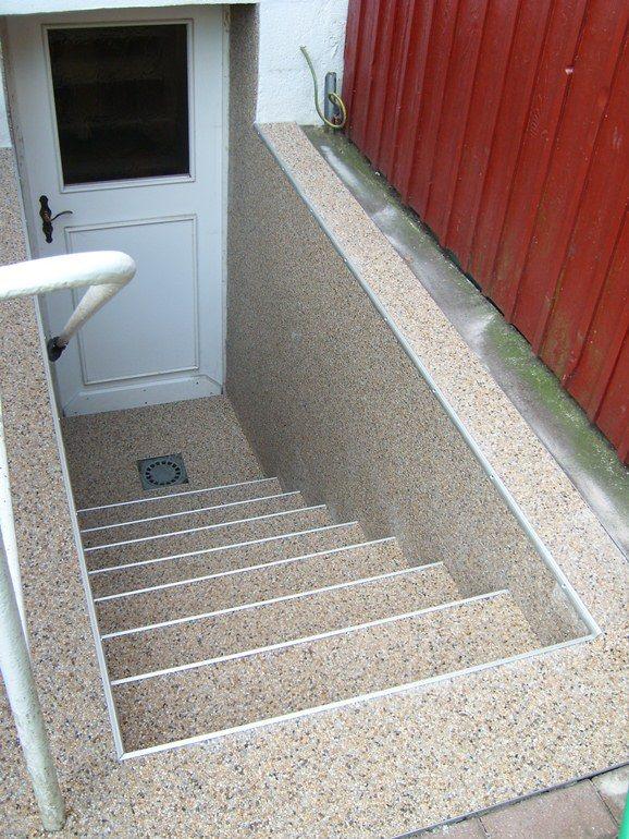Treppenabgang mit RENOfloor Steinteppich Fertigelementen und Wandverkleidung ebenfalls im Modul System