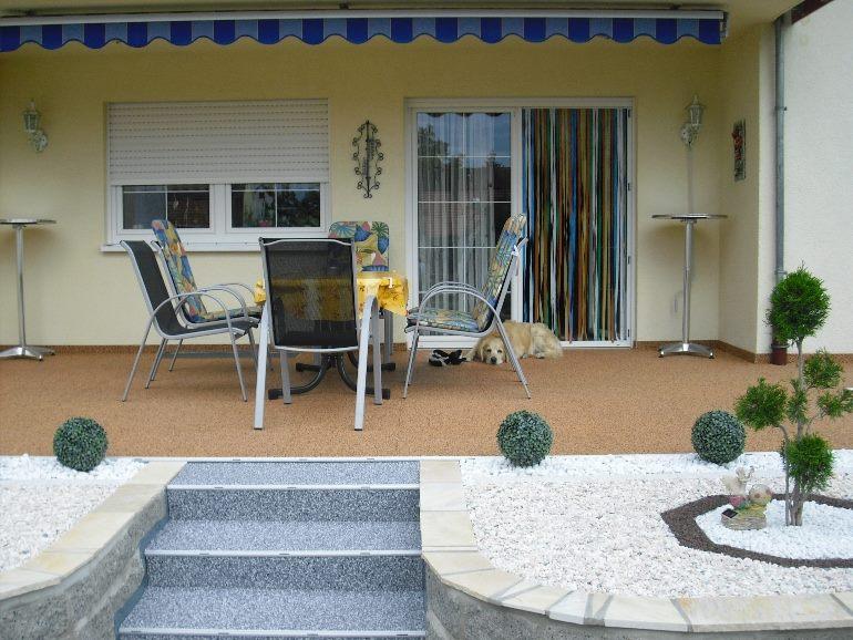 Steinteppich Terrasse mit RENOfloor Modul Fertigelementen und Treppenverkleidung