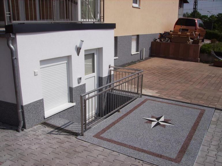 Stellplatz mit Steinteppich Fertigelementen belegt und Treppenabgang mit Wandverkleidung im RENOfloor Modul System.