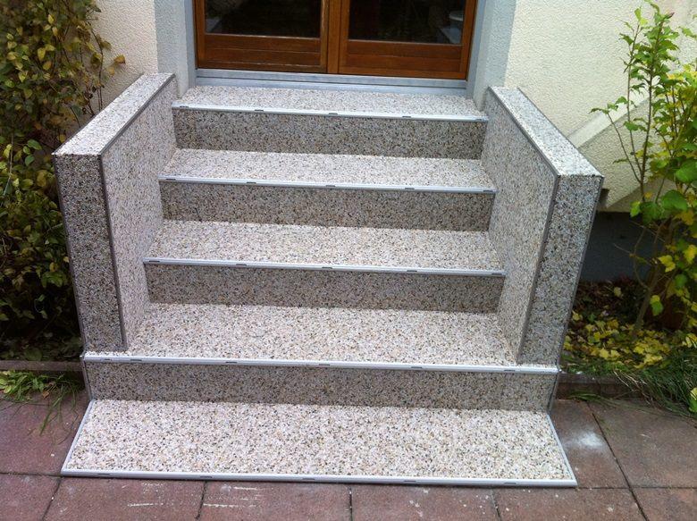 Außentreppe mit RENOfloor Steinteppich Modul System und Wangeverkleidung