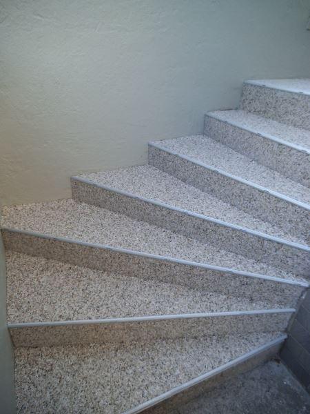 Natursteinteppich Treppe nach Abschluss der Treppensanierung