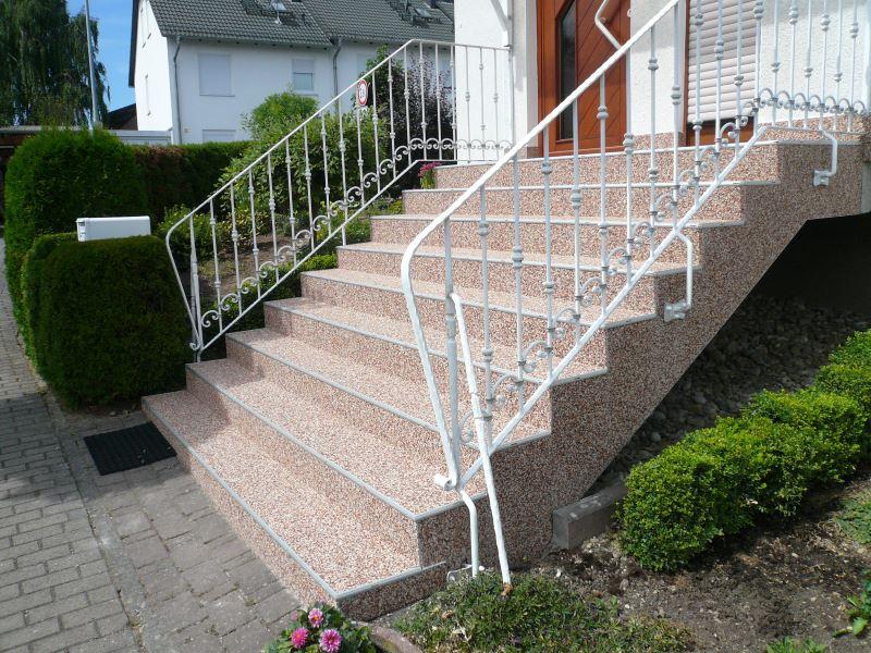 Mit Fertigelementen belegte Steinteppich Treppe
