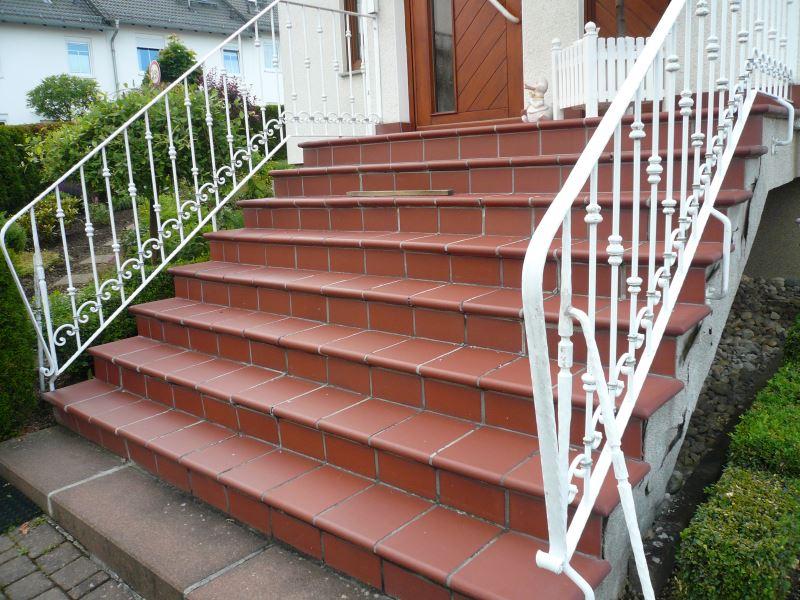 rutschige geflieste Eingangstreppe
