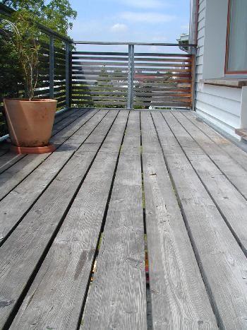 Holzbalkon der mit Steinteppich renoviert werden möchte