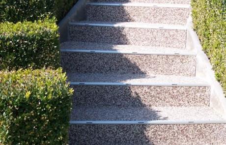 Mit RENOfloor Steinteppich sanierte Außentreppe