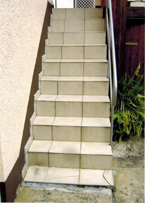 Treppe rutschfest mit Steinteppich verlegen lassen vorher