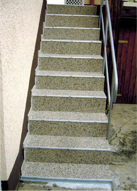 Treppe rutschfest mit Steinteppich verlegen lassen