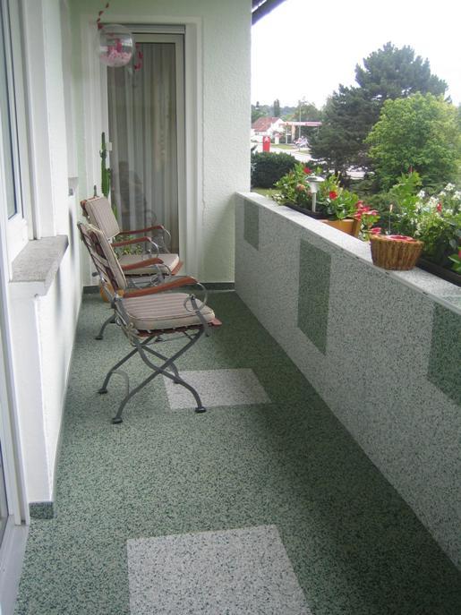 Steinteppich an Wand und als Balkon Bodenbelag