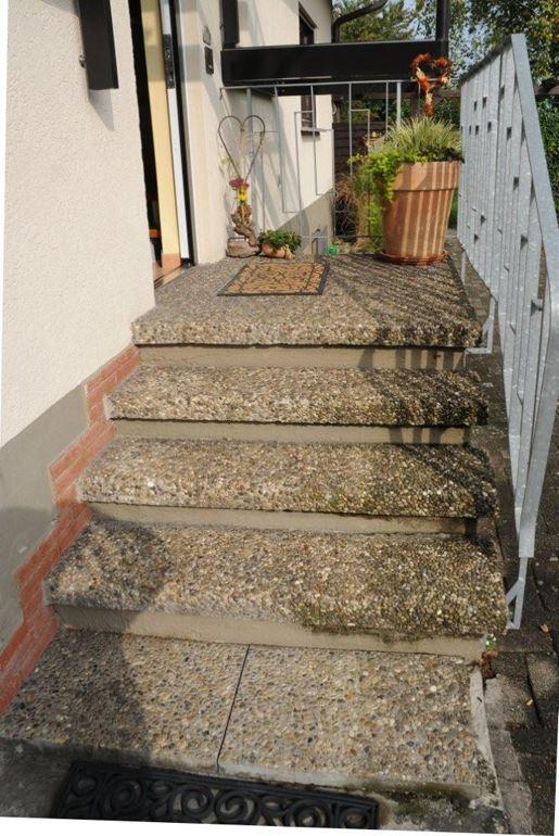 Hauseingangstreppe selbst saniert mit RENOfloor Steinteppich